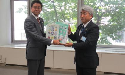 寄贈式の様子。JA共済連青森・葛西真司部長(右)が青森県教育庁学校教育課・長内修吾課長(左)へ寄贈物品を手渡しました