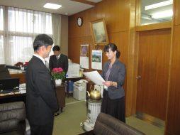 寄贈式(香川県立石田高等学校)の様子。香川県教育委員会(写真右)より感謝状をいただきました