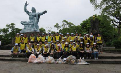 清掃活動には職員約50名が参加。JA共済のロゴ入りビブスに身を包み、公園内や周辺のゴミや落ち葉を拾い集めました