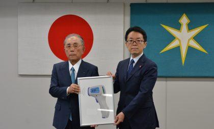 寄贈式にて。右から澤川教育長、林会長