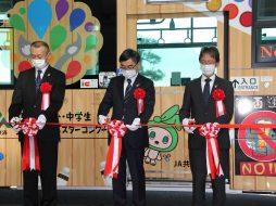 出発式にてテープカットを行っている様子。左からJA共済連新潟の棚辺普及部長、渡邊本部長、菊地副本部長
