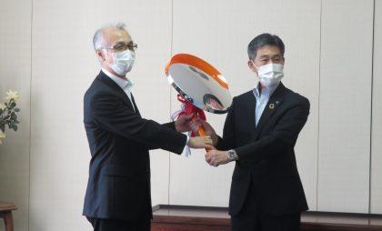 寄贈式で、村井本部長から三浦副市長へカーブミラーのレプリカが手渡されました