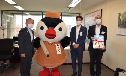 寄贈式の様子。左から豊北教育長、キョショー、岡本本部長、前田副本部長