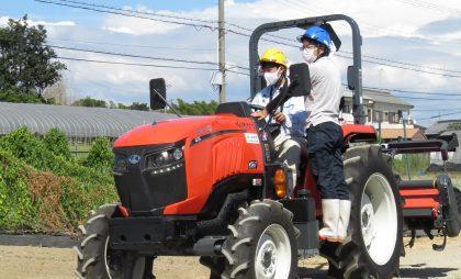 県立農業高等学校にて行われた寄贈式。生徒による運転実演が行われました