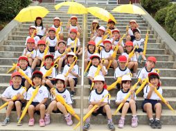 寄贈先である長崎県諫早市立上山小学校の1年生。黄色い学童傘が子どもたちの交通事故防止に役立つことを願っています