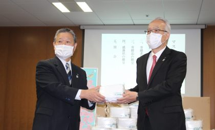 JA全厚連で行った寄贈式の様子。(左から)JA全厚連の中村理事長、JA共済連の柳井理事長
